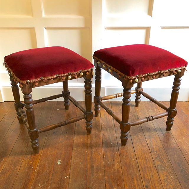 Have a seat or two! Turned leg stools in red velvet. Simply handsome. #pierceandbelle #antiques #houstondesign #oldtownspring #springtx #houstontx #thewoodlandstx #conroetx #montgomerytx #shopsmall #shoplocal #shopsmallbusiness ⠀⠀⠀⠀⠀⠀⠀⠀⠀ ⠀⠀⠀⠀⠀⠀⠀⠀⠀ Sent via @planoly #planoly