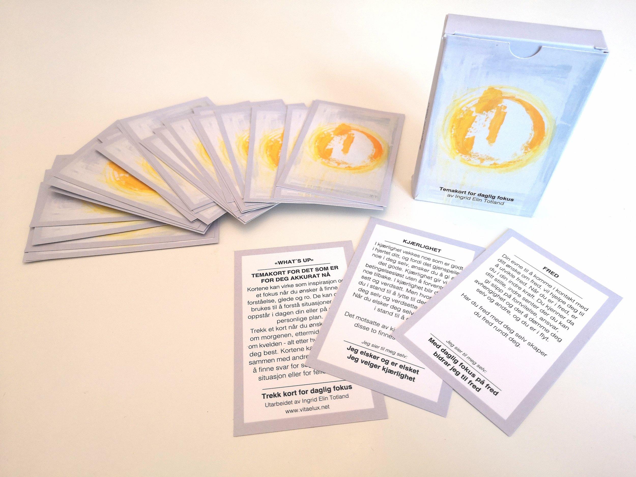 - TEMAKORT/WHAT`S UP- FOR DET SOM ER FOR DEG AKKURAT NÅ«Kortene kan virke som inspirasjon og et fokus når du ønsker å finne forståelse, glede og ro. De kan også brukes til å forstå situasjoner som oppstår i dagen din eller på det helt personlige plan. Trekk et kort når du ønsker, gjerne om morgenen, ettermiddagen eller kvelden - alt etter hva som passer deg best. Kortene kan også brukes sammen med andre som også søker å finne svar for seg selv, for egen situasjon eller for fellesskapet»