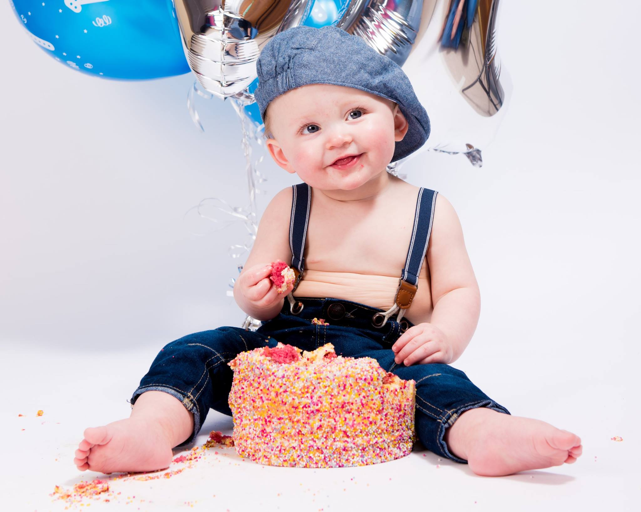 CAKE SMASH/FIRST BIRTHDAY PHOTOSHOOT - Up to 1 hour in our studio. Three 8x6 inch glossy prints. (Your choice)Price just £155 for the whole package £25 booking fee, £130 on studio visit.Upgrade to Six photo's for extra £30.