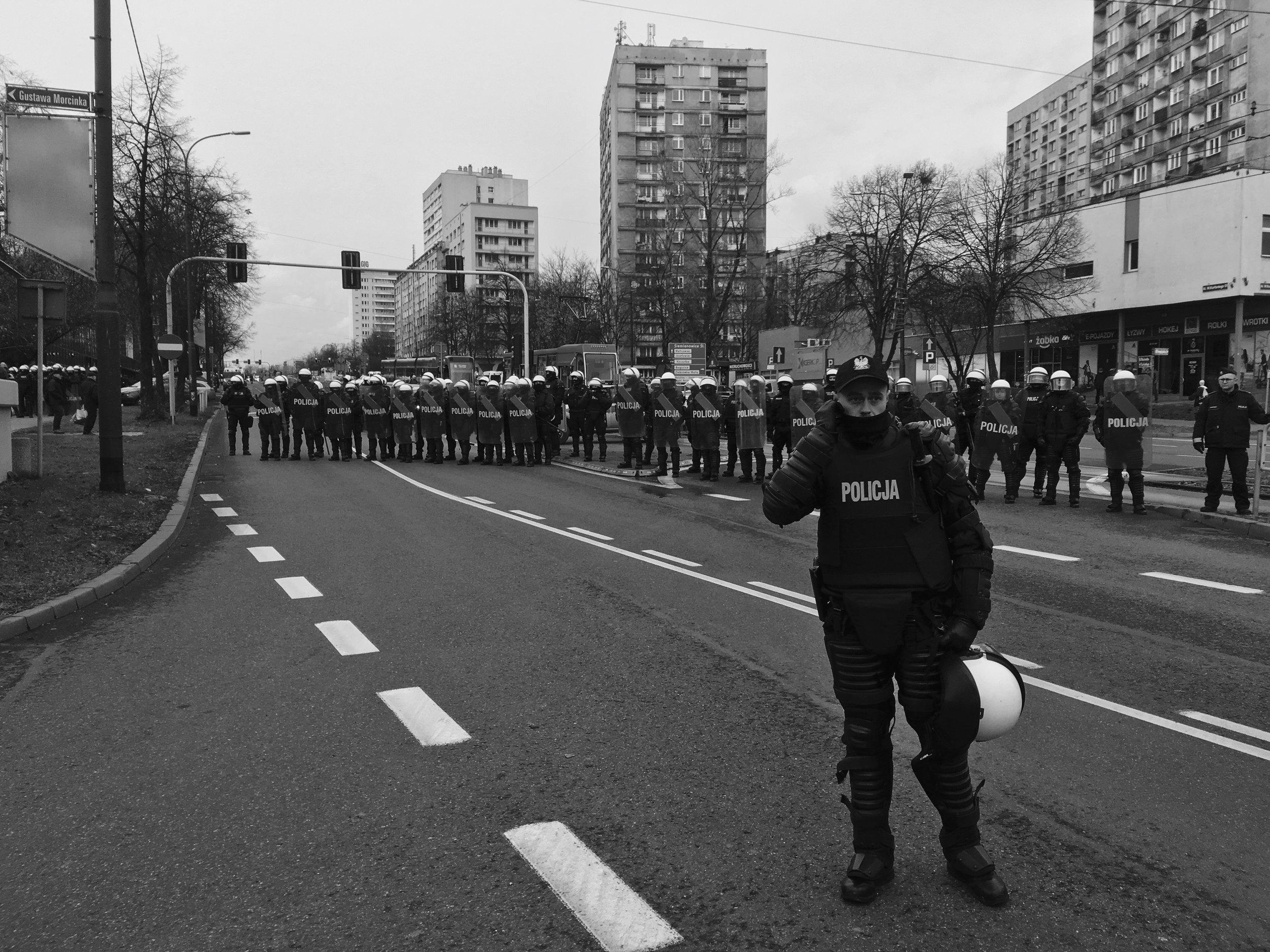 La police anti-émeute sur la route menant au centre de conférence abritant les négociations de la COP24 lors de la marche pour la justice climatique, le 8 décembre.
