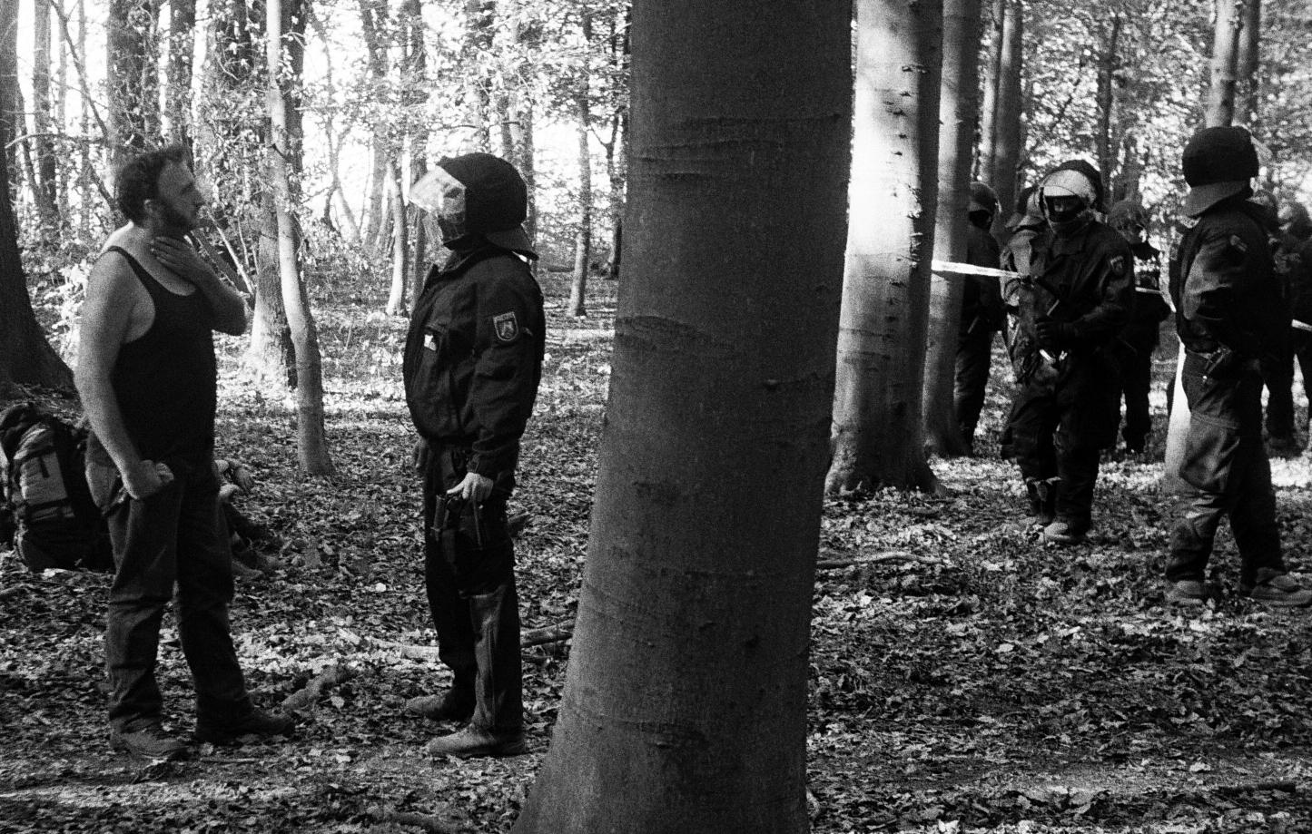 Tensions entre les militants et la police anti-émeute en début de soirée le 19 septembre, suite au décès de Steffen Meyn.