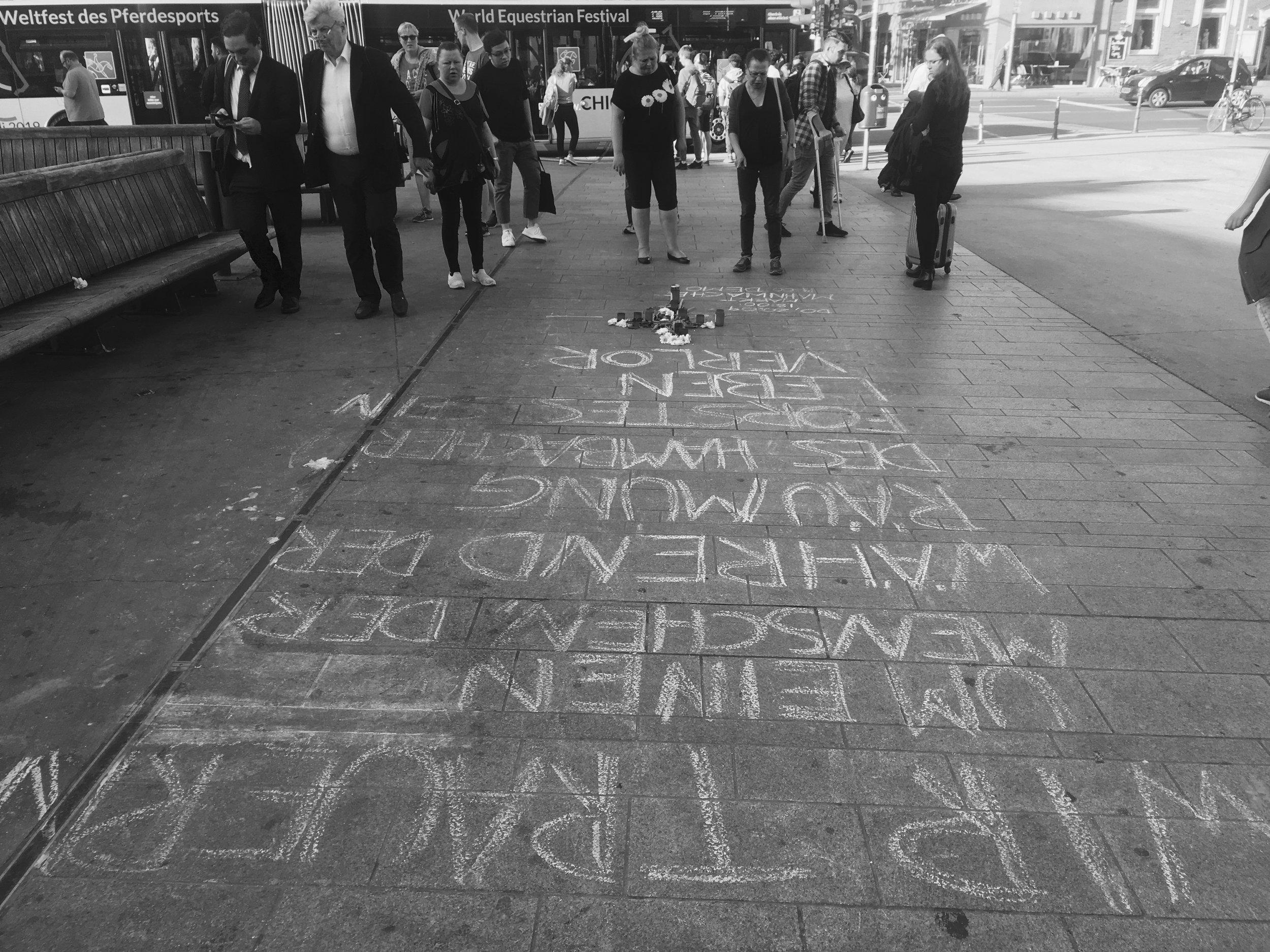 Avis de commémoration à l'extérieur de la gare centrale d'Aix-la-Chapelle le 20 septembre.