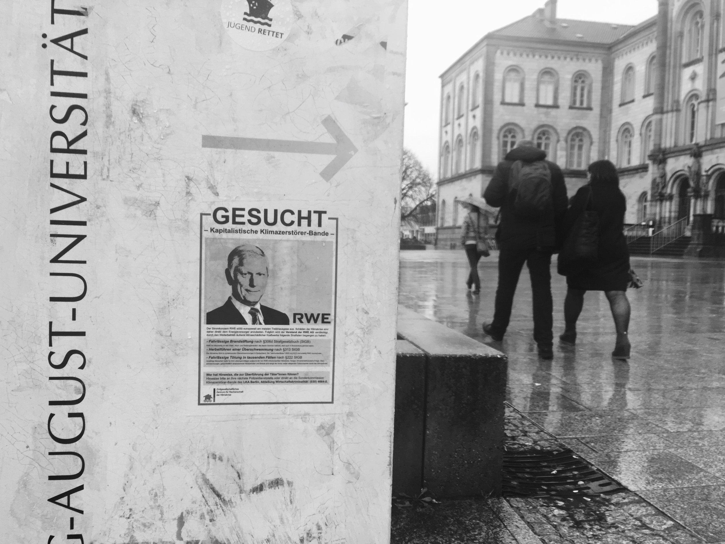 Affiche à l'Université Georg-August de Göttingen en janvier 2019 appelant à juger le PDG de RWE, Rolf Martin Schmitz pour divers crimes.