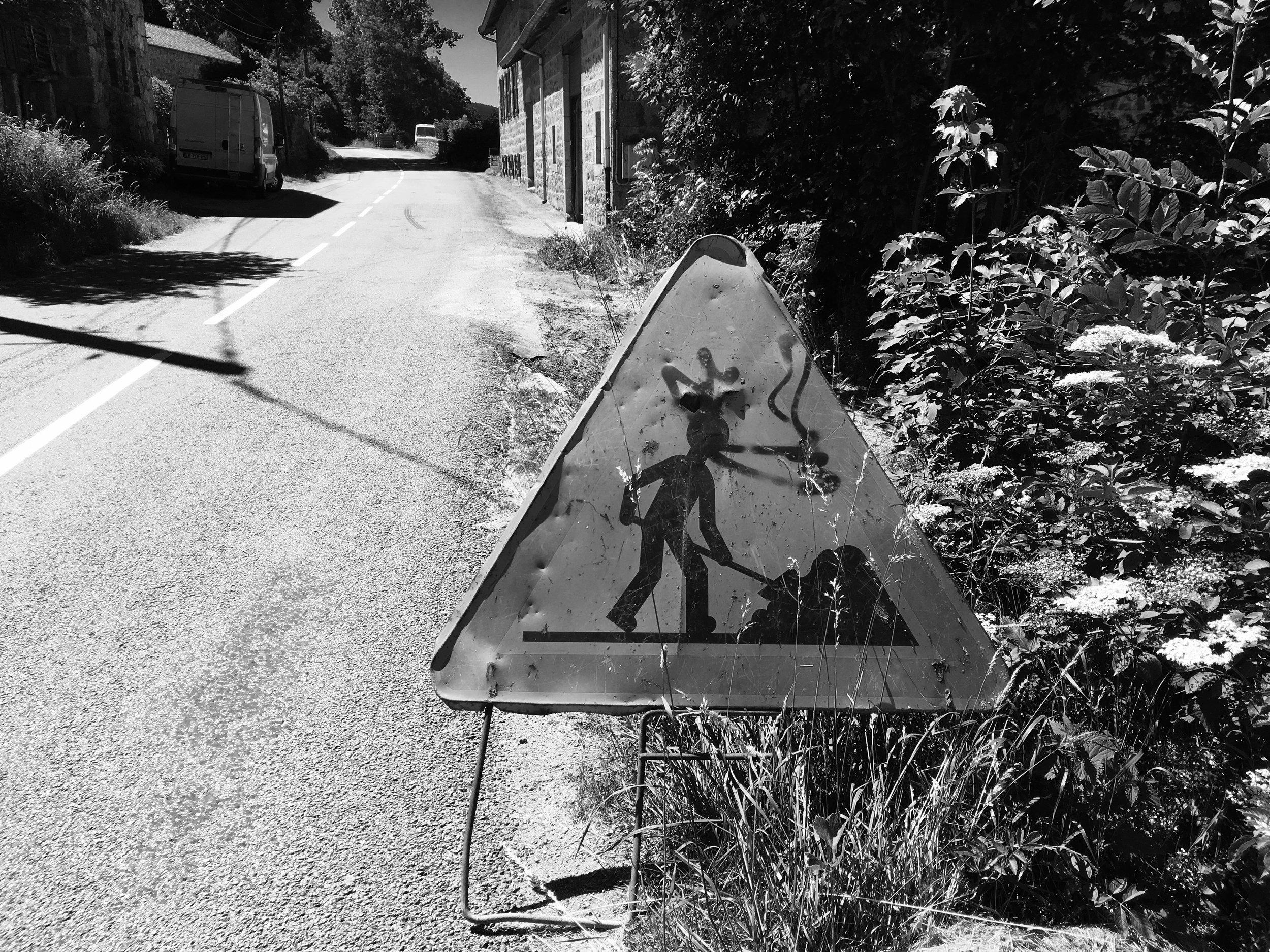 Route dans la campagne près de Saint-Étienne, juin 2018.
