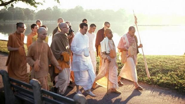 Srila-Prabhupada-on-Morning-Walk-with-Devotees-By-Lake-620x350.jpg