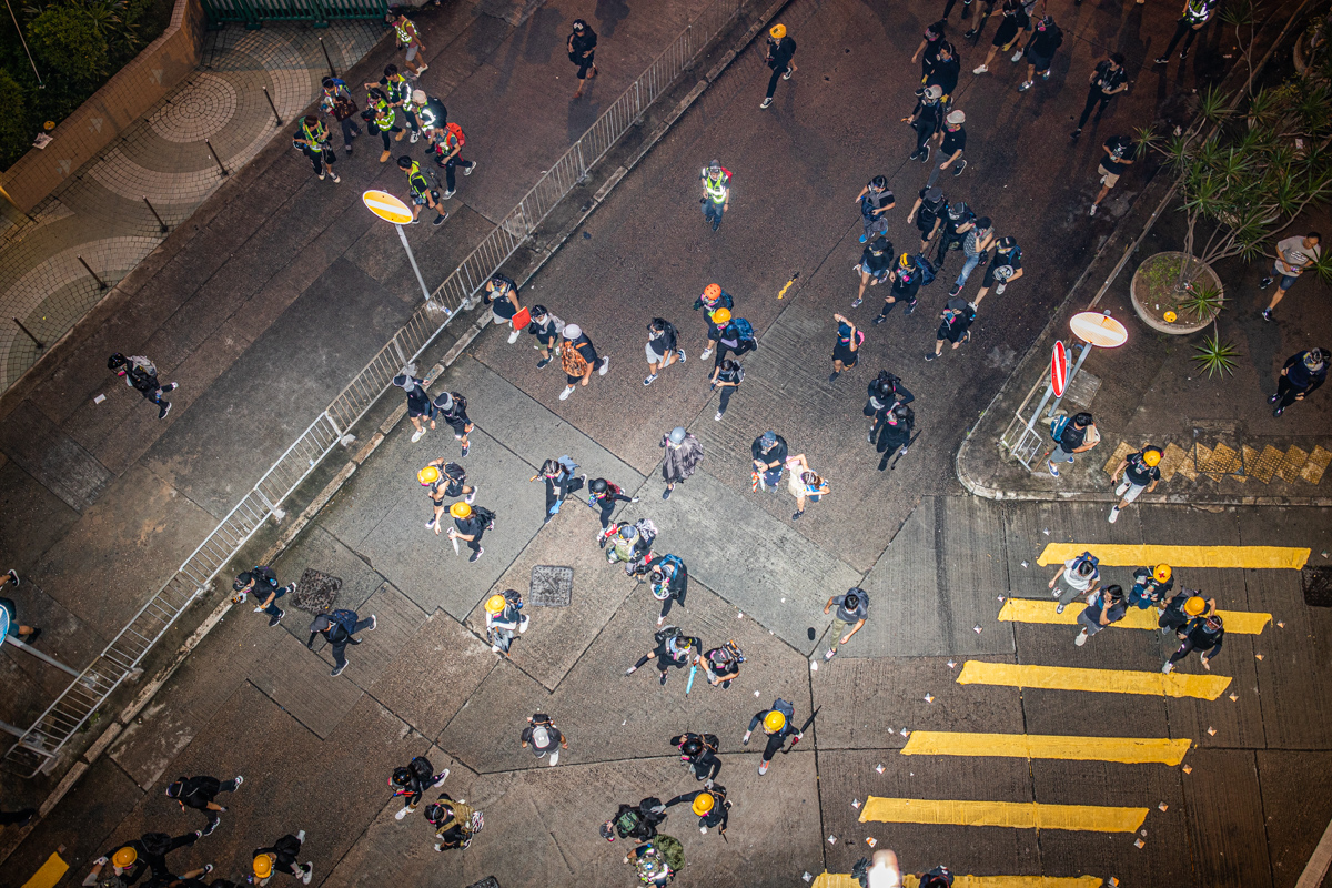 19.08.17 - Protestors flee from riot police.