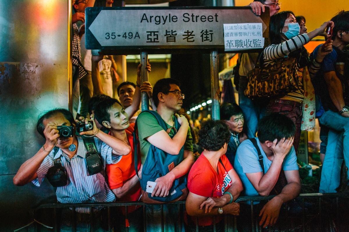 14.10.17 - Hong Kong: Bystanders in Mong Kok.