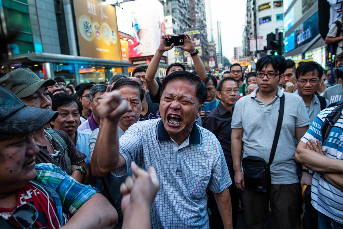 19.10.13 - Hong Kong: Protestors and neighborhood residents fight in Mong Kok.
