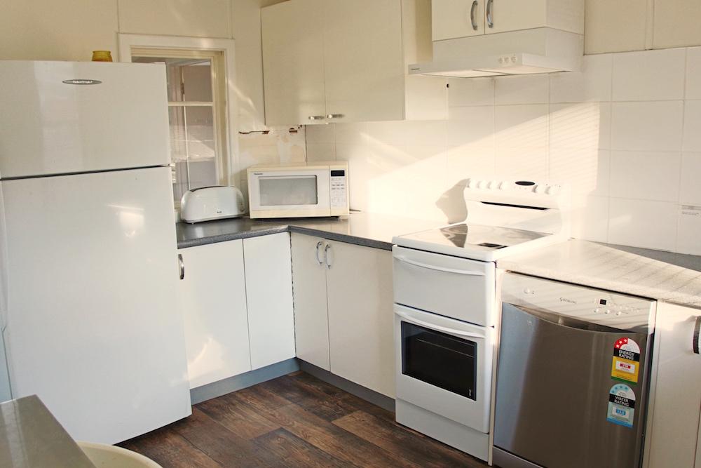 Adaminaby-Accomodation-S-Cottage-kitchen-2.jpg
