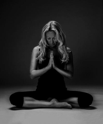 Ulrica Norberg   Ulrica har studerat och undervisat yoga och meditation sedan tidigt 90-tal och har lång erfarenhet inom ett brett spektrum av olika andliga metoder och system. Ulrica har spelat en viktig roll för yogans utveckling i Europa från 90-talet. Hon har utbildat över 500 yoga och meditationslärare och är en mycket omtyckt lärare, tränare, mentor samt författare till flera artiklar, böcker inklusive filmer om yoga.  Hennes undervisningsstil är kunnig, inspirerande, generös och varm och speglar element från sin egen meditation och yogapraktik, pedagogisk erfarenhet, liv och studier. Hon har en magisterexamen i film och journalistik, bott utomlands under många år, rest över hela världen innan hon återvände tillbaka till sitt hemland Sverige där hon idag bor och verkar ifrån.   www.ulricanorberg.se  / instagram: ulricanorberg