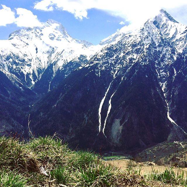 Une couleur que l'on avait pas vu depuis longtemps #green #grass #spring #les2alpes #lamuzelle  #snowmind #touroperator #winter #snow #free #freestyle  #photography #instamountain #montagne #mountain #instagram #nature #travel #traveller #word #france #auvergnerhonesalpes #isere