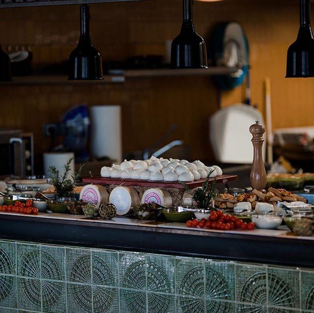 Il y en a pour tous les goûts chez @aylovoyages 🤤 Profitez d'un séjour à Chamonix et dégustez un bon repas chez @foliedoucehotelschamonix 🍽 📸 @benlevyphoto  #food #chamonix #event#italianfood #chocolate #wine #mountain #france