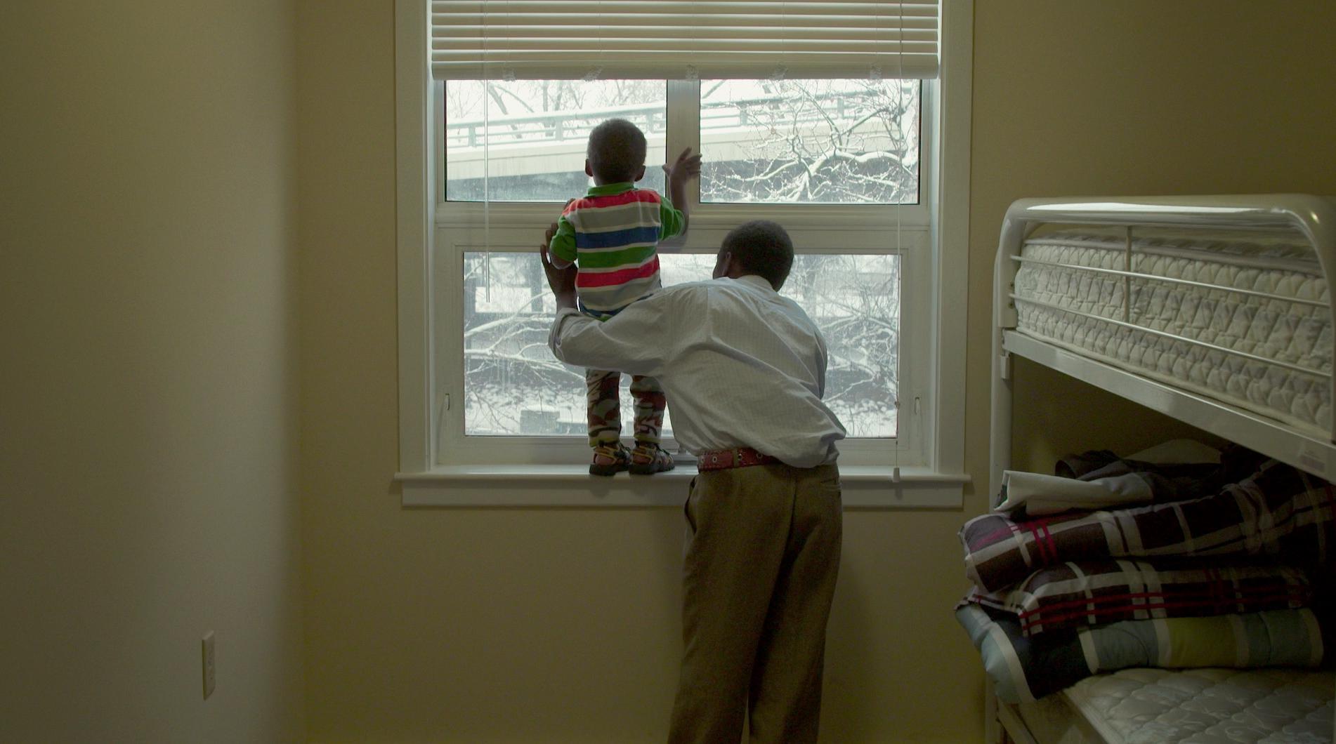 19 Days, Realisé par Asha Siad, Roda Siad. Producteur, David Christensen.  Mustafa et son fils Ali voient la neige pour la première foi  | Photo de la production © 2016 l'Office national du film du Canada. Tous droits réservés.