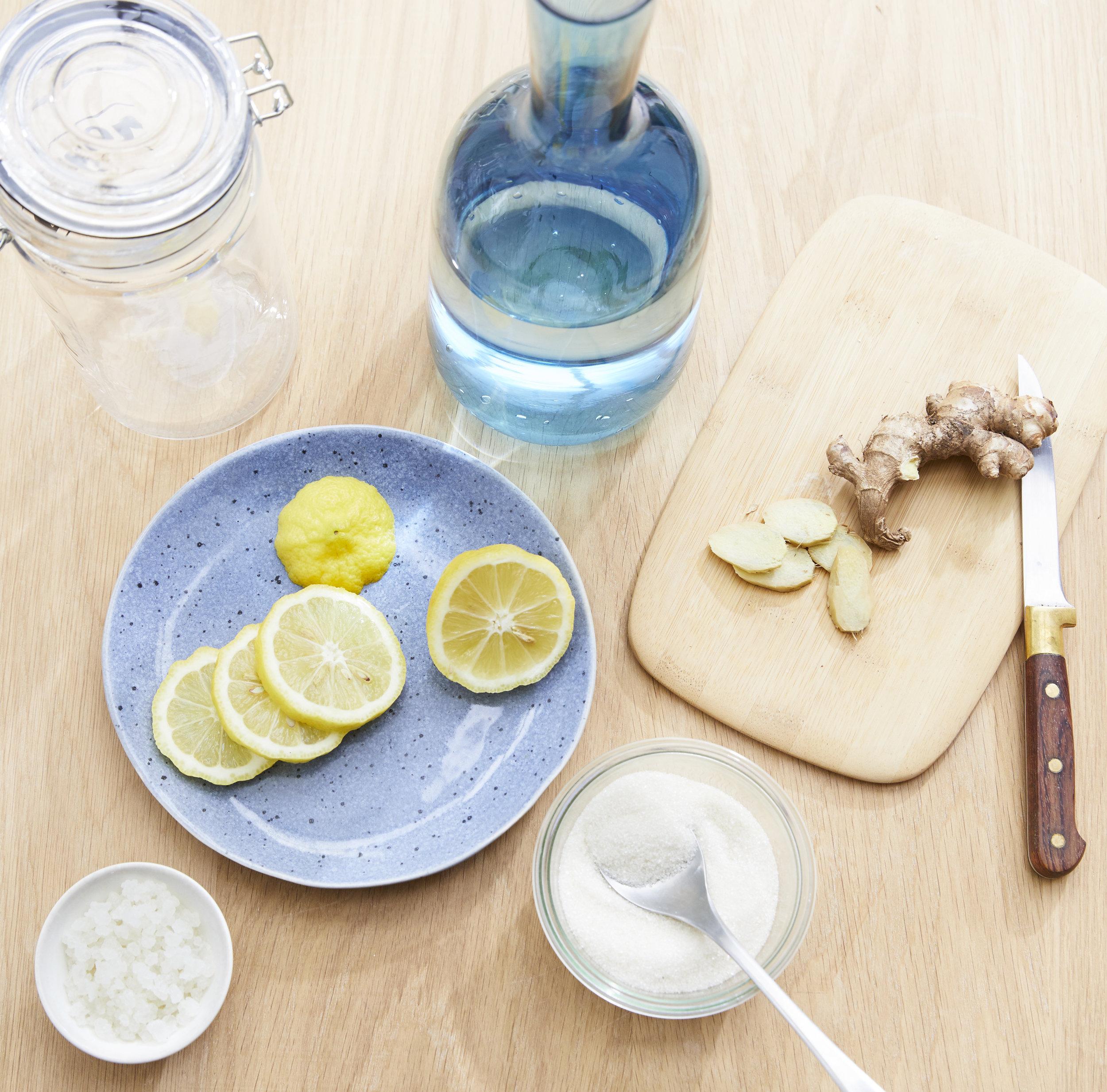 Ingrédients + accessoires : - - 1 litre d'eau minérale2 cuillères de grains de kéfir3 cuillères de sucre (50g)3 rondelles de citron bio5 tranches de gingembre1 pichet 1L1 bouteille hermétique1 passoire fine