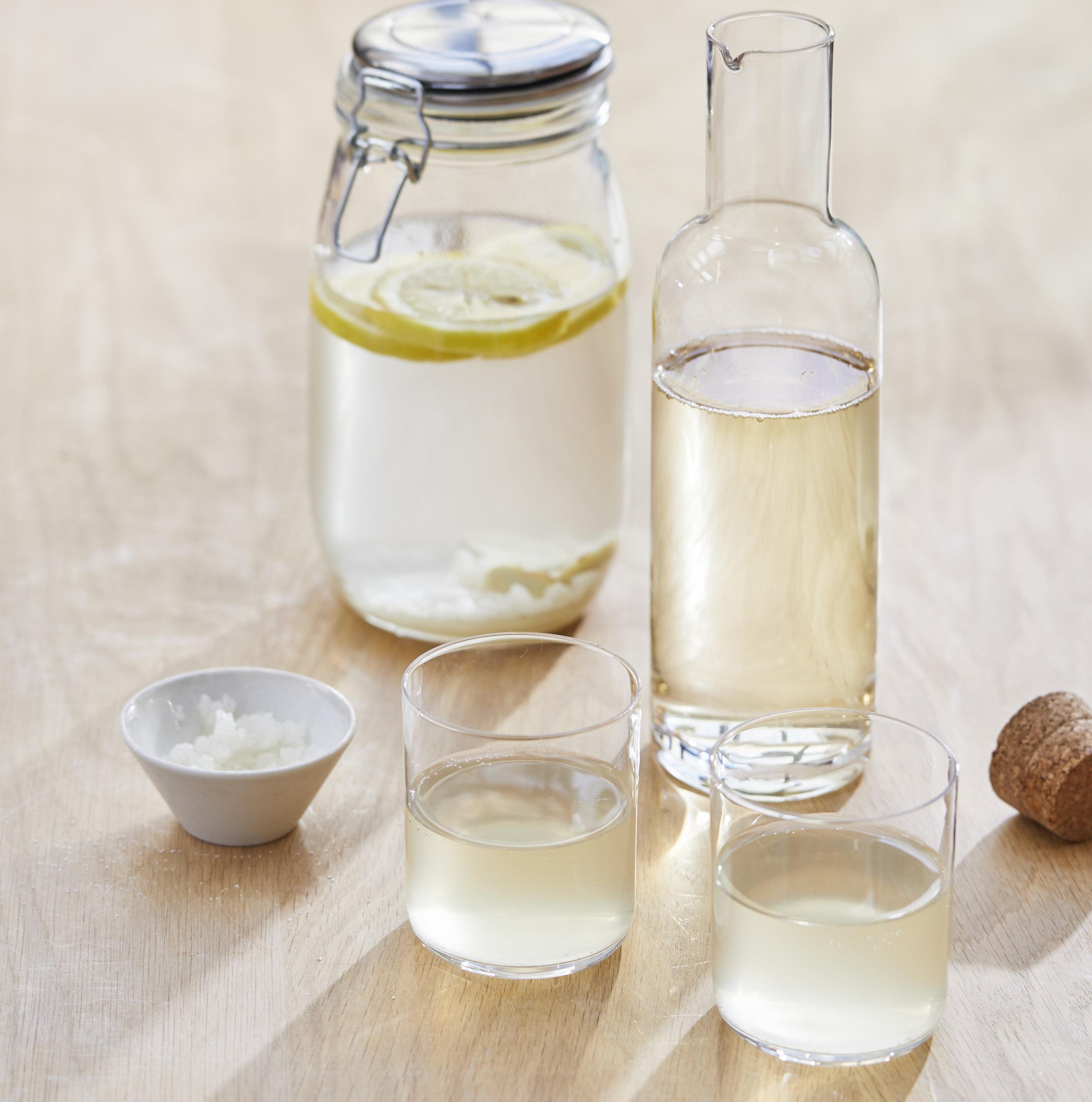 Etape 3 - Filtrer les fruits et les grains de kéfié avec la passoire.Verser le liquide dans la bouteille.