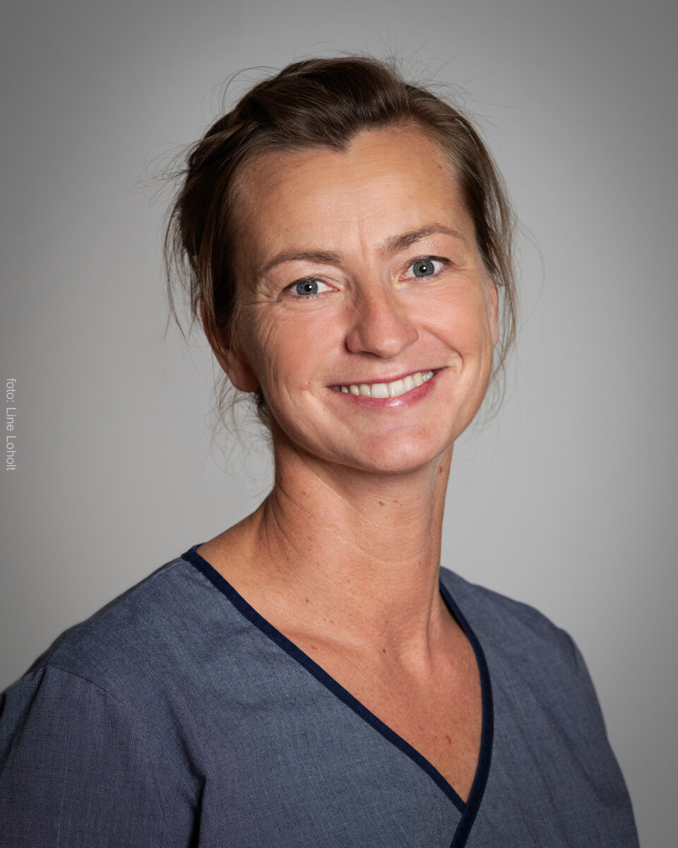 Zefanja Gast Sandersen - Massør/MuskelterapeutFødt 1974. Utdannet massør og muskelterapeut ved institutt for helhetsmedisin i 2009. Jobbet på treningssenter i Porsgrunn som massør og instruktør siden 2009. Begynte ved Kiropraktorhuset 2013 og tilbyr dybdemassasje og triggerpunktbehandling og tørrnålsbehandling.