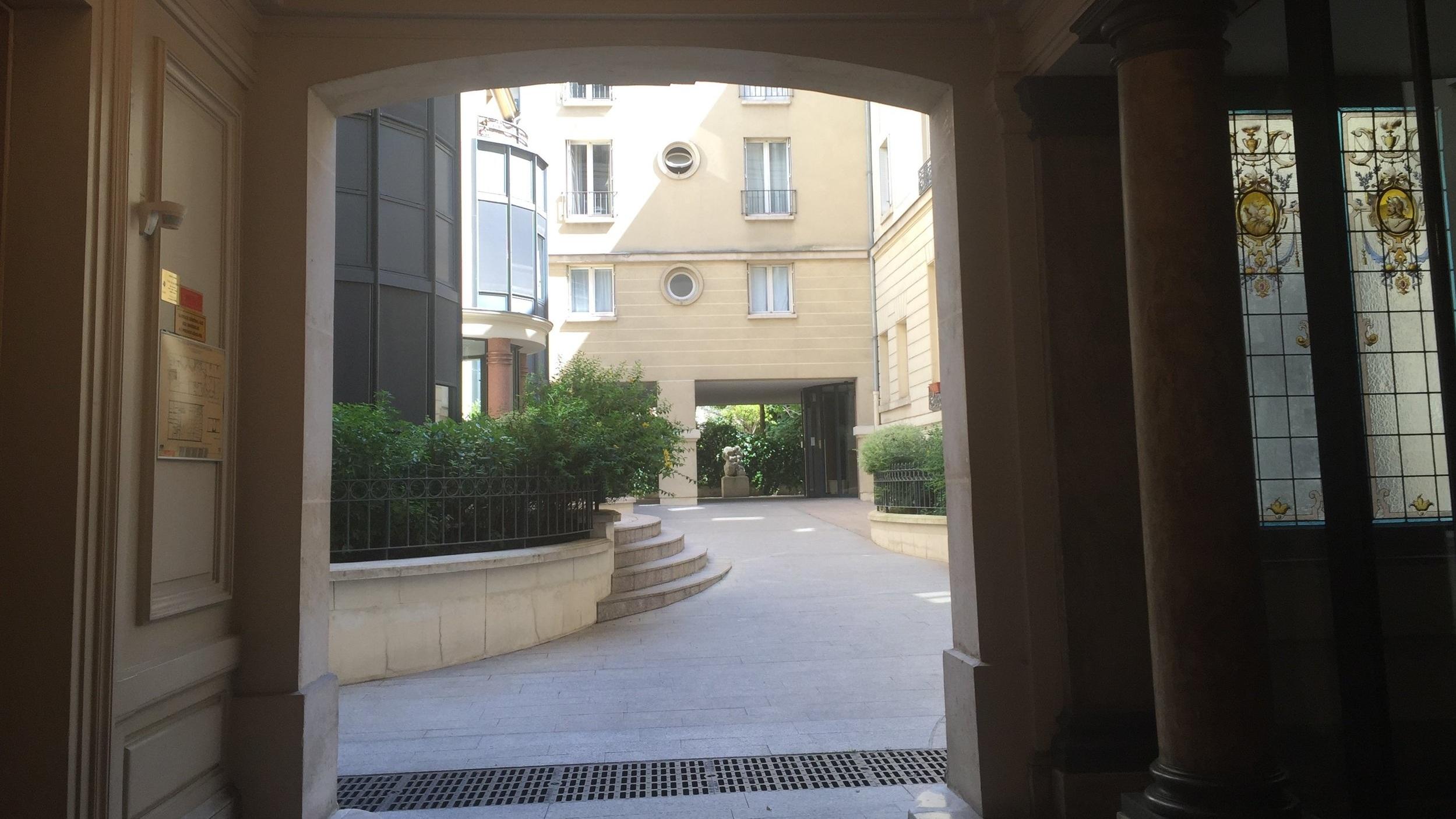 2 Entrance hall 52 Clichy.jpg