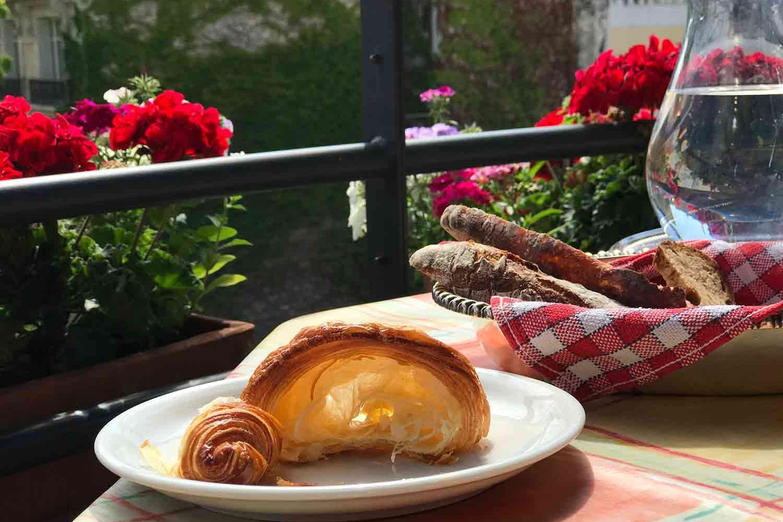52Clichy-BB-balcony-breakfast.jpg