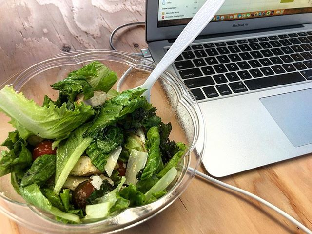 Delicious meals I can feel good about, delivered straight to my desk? Yes, please! 🤤 Healthy eating just got easier. Learn more at the link in our bio! . . . . #weeklyharvest #preppedsalad #delivery #fooddelivery #lunch #office #teamlunch #boardmeeting #healthylunch #healthyeating #caesarsalad #greens #laptop #desk #apple #macbook #freshfood #recipes #connecticutfood #ctfood #ctgrown #meridenct