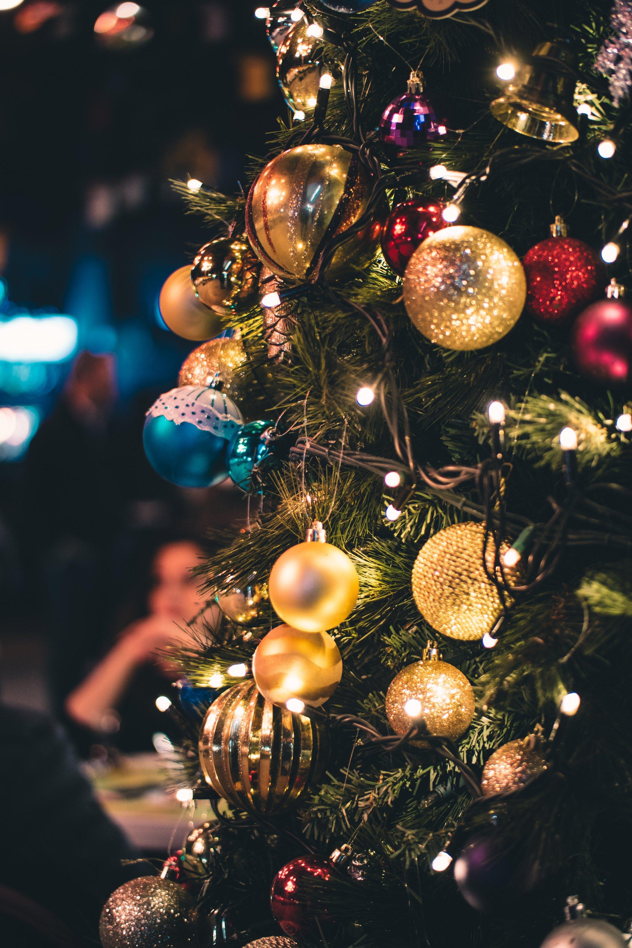 balls-blurred-background-christmas-724375.jpg