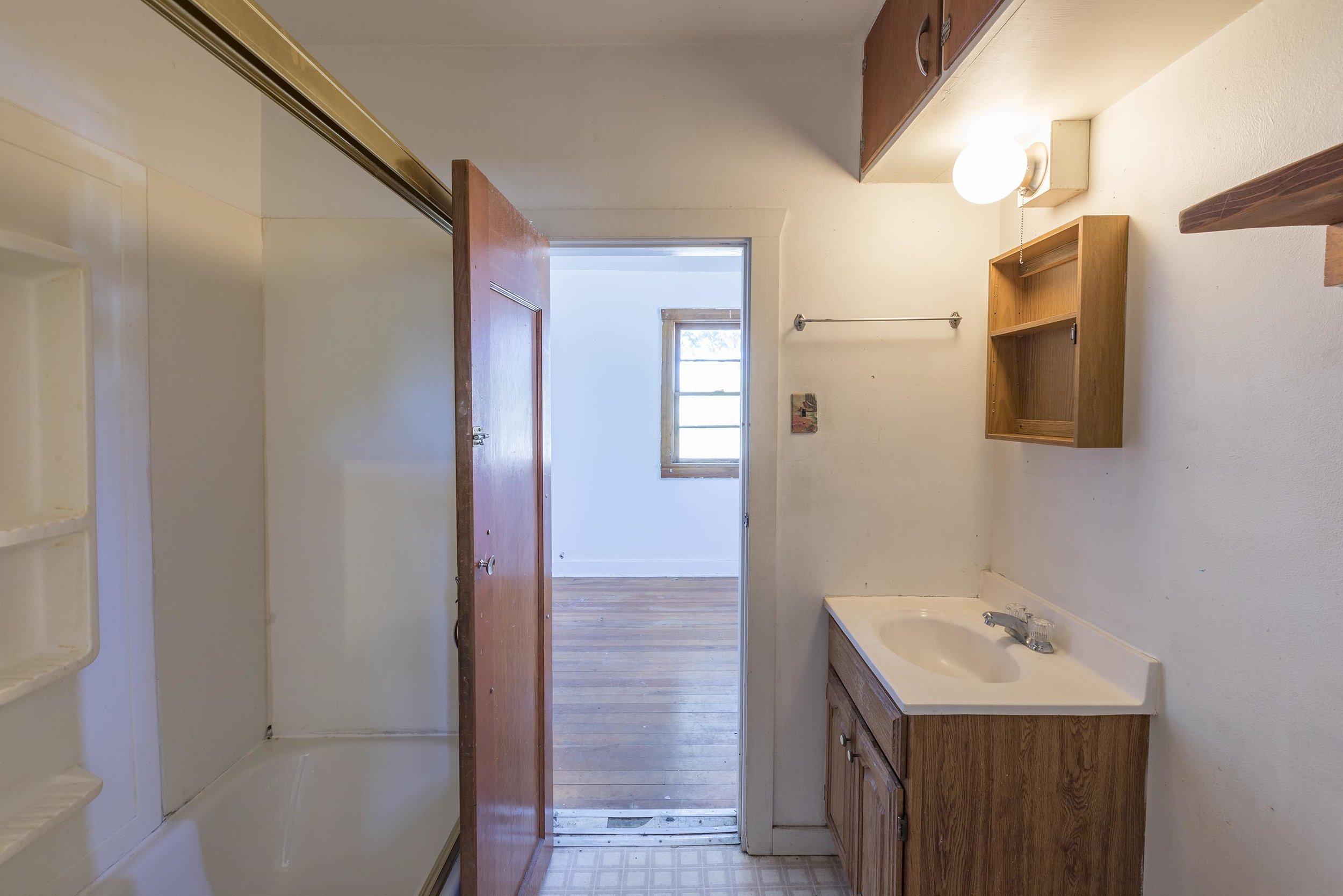UnitIIIbathroom.jpg