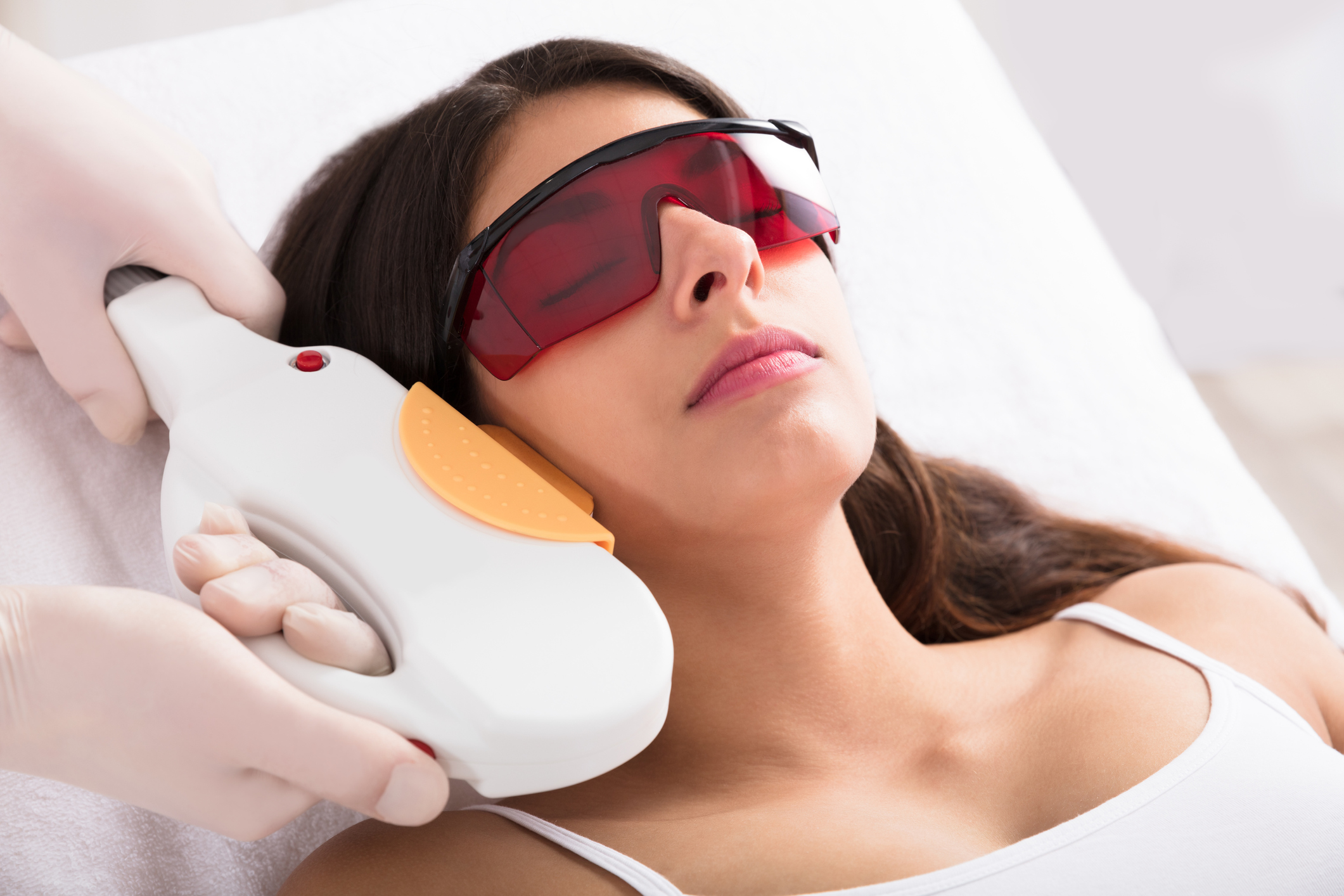 The spot-remover - • IPL - for red blood vessels and brown sun spots on the face, neck and chest