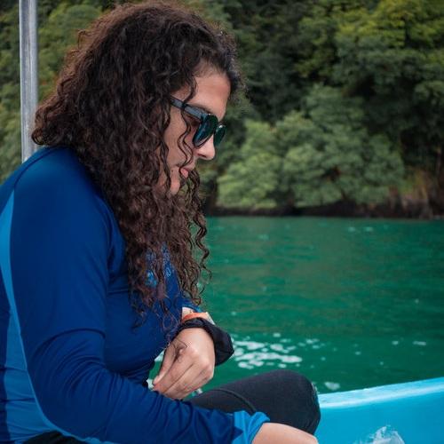 TATIANA VILLALOBOS   EMBAJADORA DE MARCA / INVESTIGADORA ASOCIADA   Especialista en arrecifes coralinos. Es la investigadora principal de Raising Coral Costa Rica y asistente de investigación en Seeking Survivors. Cuenta con más de 3 años de experiencia trabajando en restauración coralina. Con Pelagos ha encontrado ese complemento a la ciencia para divulgar y empoderar a las personas por medio del arte.