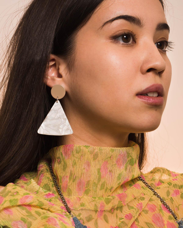 Lisa wears the  Chip Earrings in Tan