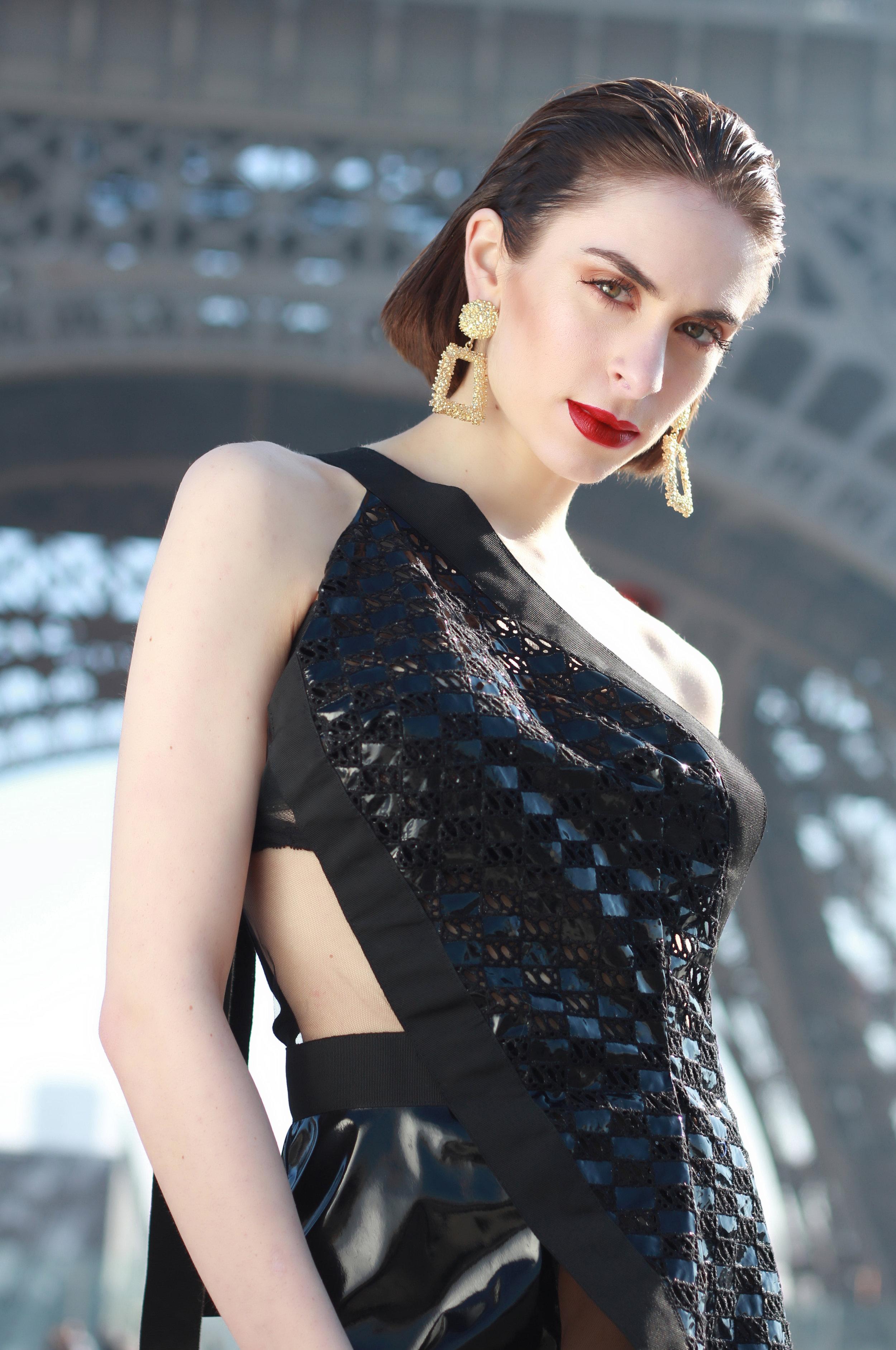 Dress : « The Nemesis », Moira Cristescu  Earrings : Mytheresa France