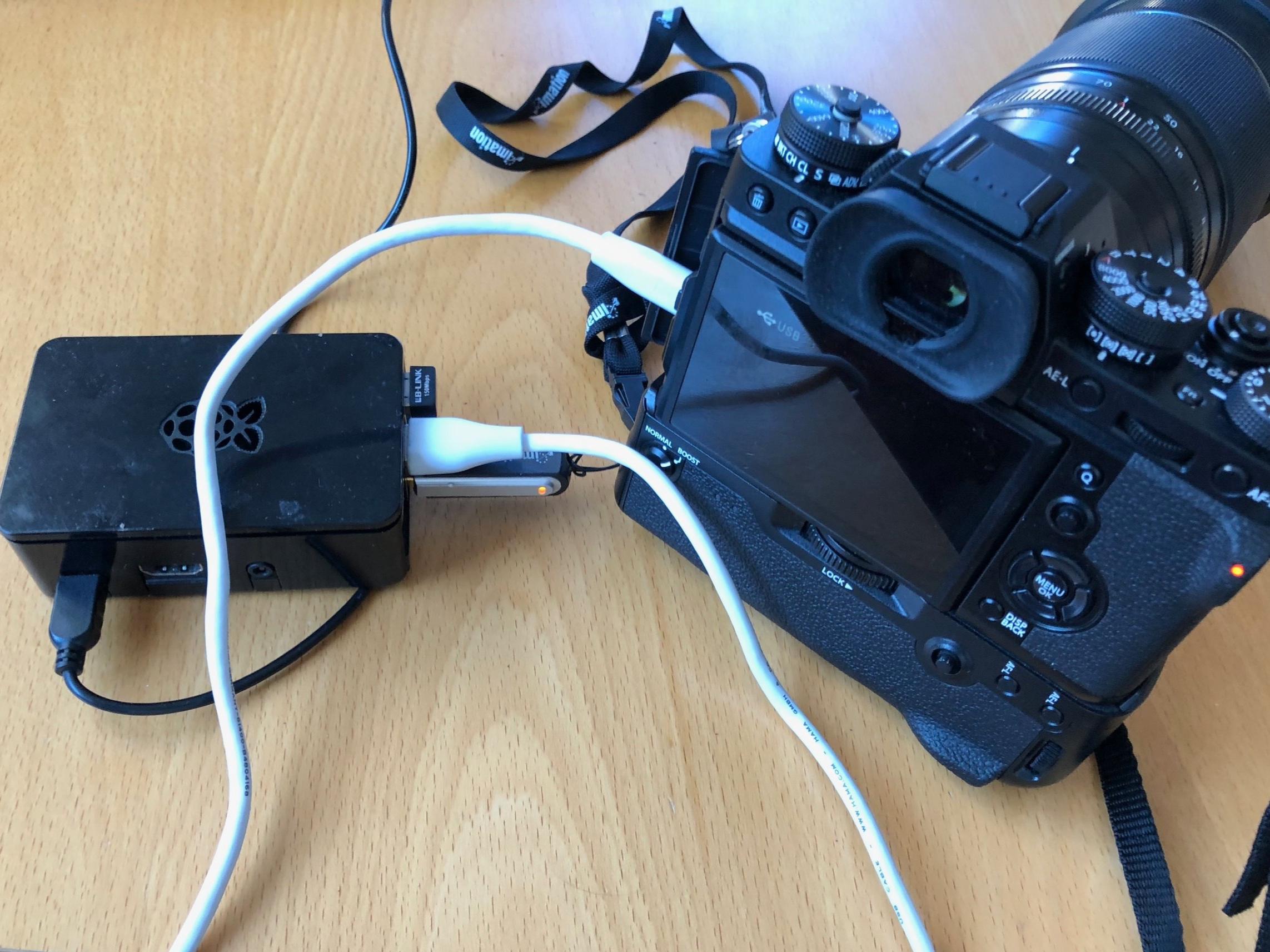 Auf dem Bild zu sehen: Raspberry Pi 3 mit Raspbian Linux und Skripten, der direkt von der Kamera über USB-Kabel (weiß) die Fotos auf einen USB-Stick sichert.