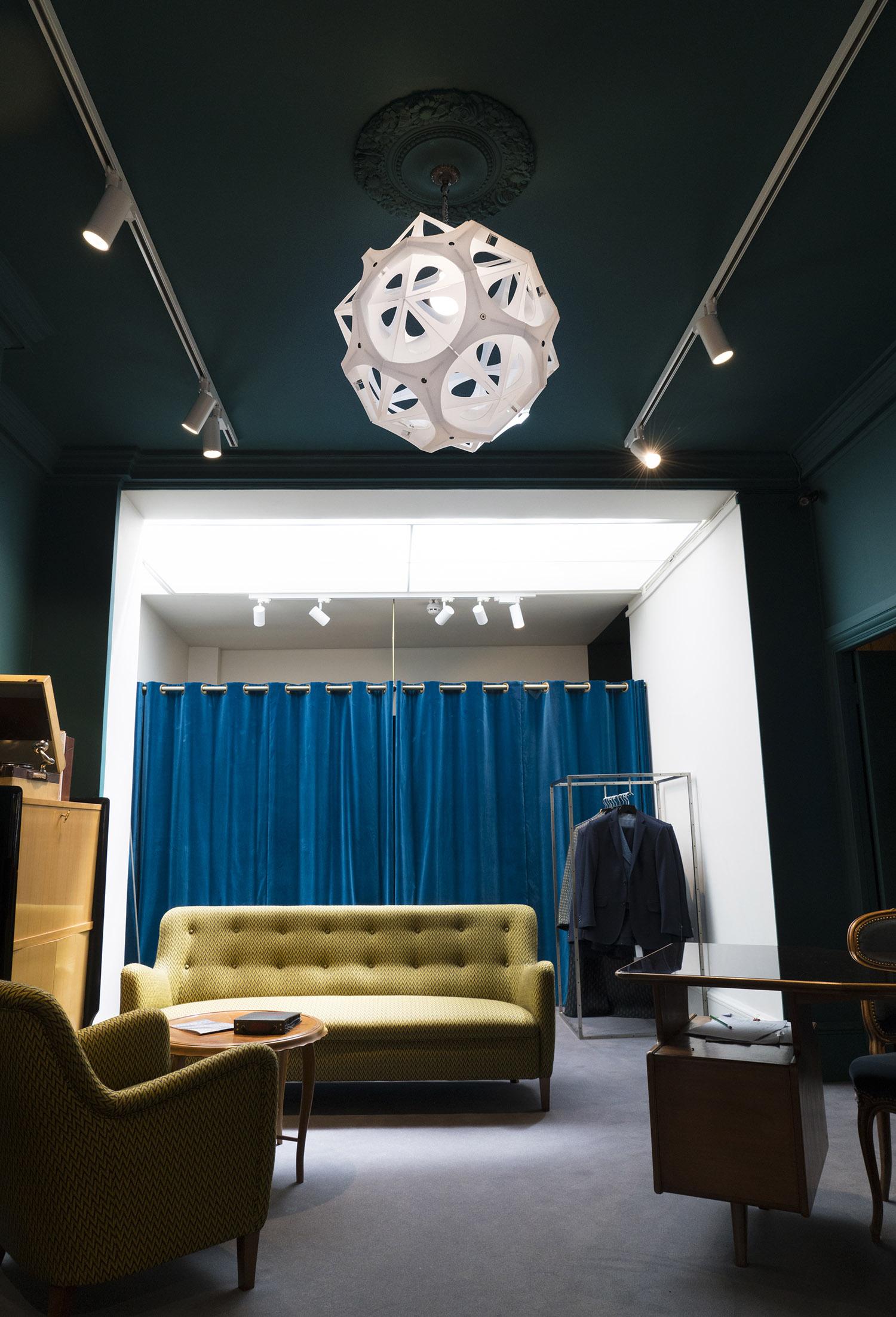 web222-Borealis-lamp-Pedro-Cerisola-in-situ-at-Dashing_Tweeds-London-MarionFriedmannGallery.jpg