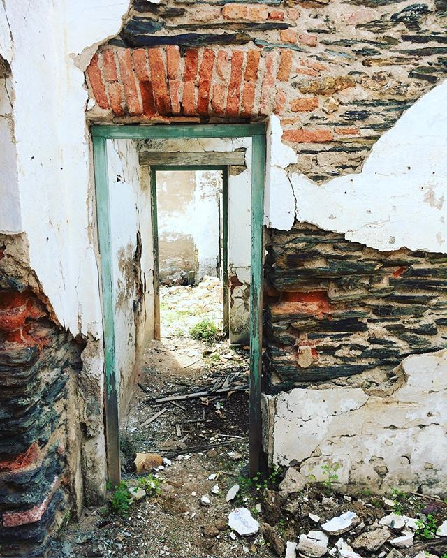 Rugged is the new chic?  #hiking #riotinto #outdoors #oldbuildings #rugged #oldtrainstation #ruins #holiday #senderismo #huelva #thisusedtobeatrainstation #happythursday