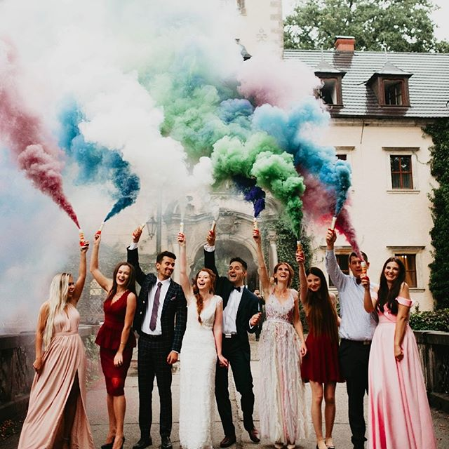 Would you try smokebombs for your picture?  Flawless photo from @mariola.zoladz and photo edits from @elopementlovepresets