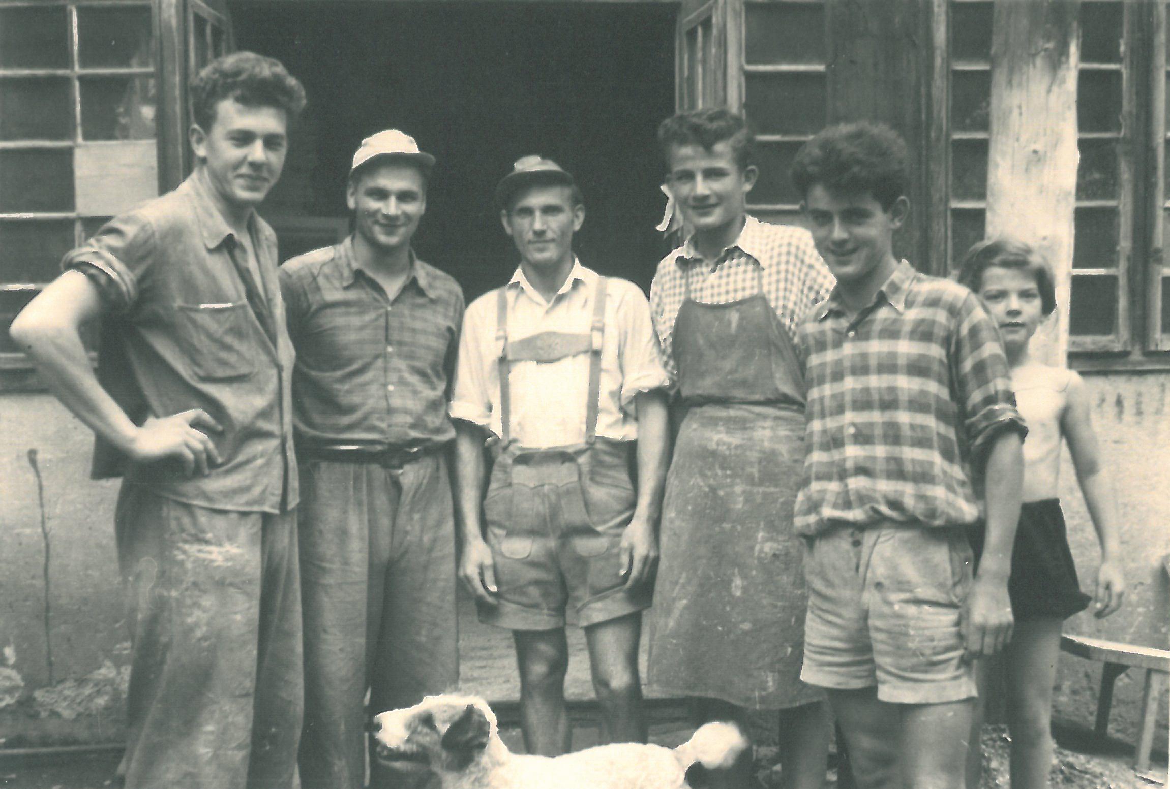 Franz Muhr mit Tischlergesellen um 1955