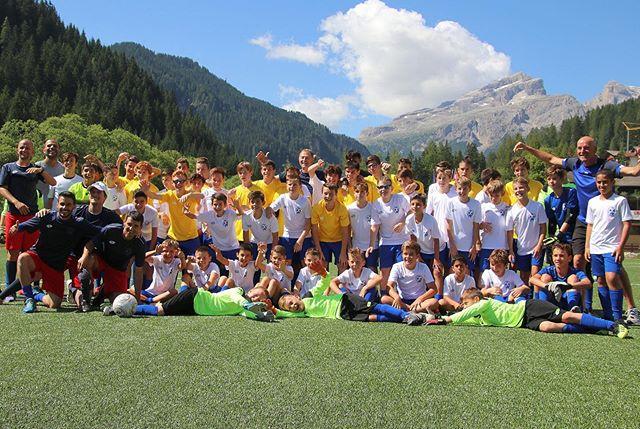 ☀⛰ Tutta la vitalità del nostro gruppo Corvara/La Villa - Alta Badia in questa fantastica foto ... sullo sfondo mozzafiato delle #dolomiti 💚🔝 . #corvara #dolomiti #sudtirol #AltaBadia #camp #calcio