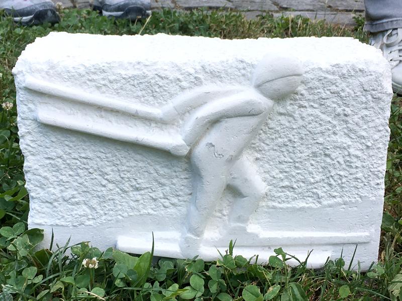 Ski de fond sous la tempête   Haut-relief sur pierre (calcaire)