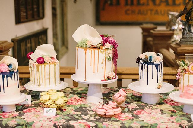 Why have just one wedding cake when you can have many?! These gorgeous drip cakes by the deliciously talented @honeycomb_desserts. Drooling flavors of Chocolate Oreo, Pear + Candied Ginger, and Brown Butter + Salted Caramel. As featured on @caratsandcake. (And a beautiful linen to match from @latavolalinen.)