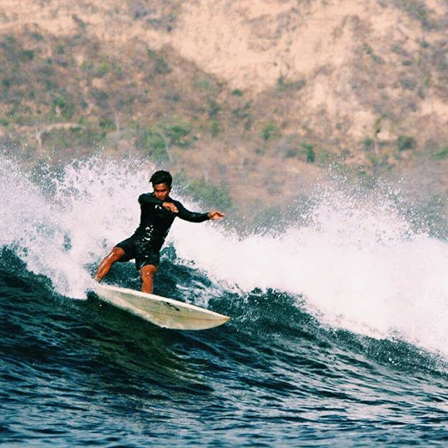 Haircut and cutbacks at Gerupuk Inside . @rhinoleandi . 📷@illy_shoot . #surflombok #surferboy #surferdude #surfphotography #surfphoto #photooftheday #surfschool #secretspotlombok #surflesson #gerupuk #waveoftheday #dryseason #surflife