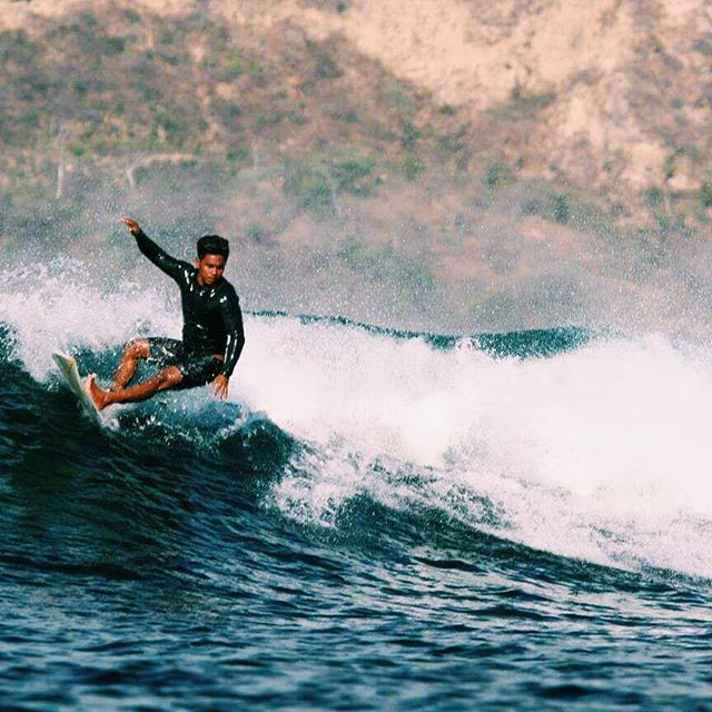 If you could change life with someone for 1 day who would it be? I'd choose this guy. He always catches those sweet waves . 🏄@rhinoleandi 📷@illy_shoot . #surflombok #gerupuk #surflifestyle #surflife #surfphotography #surflesson #surfschool #secretspotlombok #surferboy #explorelombok #balilife #surfinsta #waveoftheday #lombokculture #shortboard #cutback #ripcurl #surfphoto #surferdude #learnhowtosurf