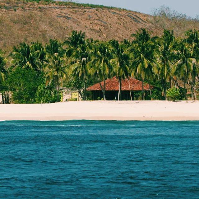 Aint no other bay then Ekas bay... . . #surflesson #surflombok #surflife #surfschool #surfcamp #surfcamplombok #ekasbay #exploreindonesia #explorelombok #waveoftheday #dreamholiday #secretspot #secretspotlombok #surfergirl