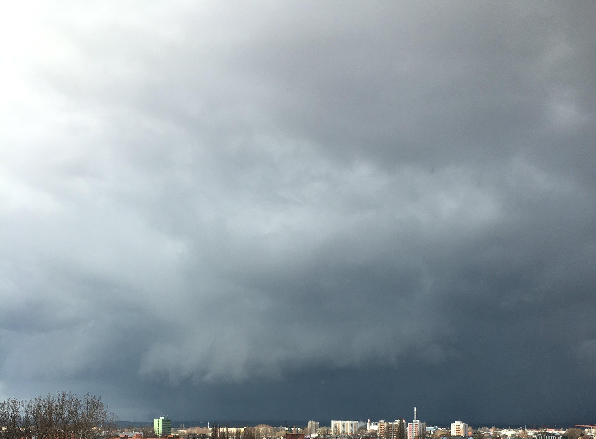 Burza. Zazwyczaj nadchodzi z lewej strony, szerokim łukiem omija miasto i zostawia nas bez kropli deszczu