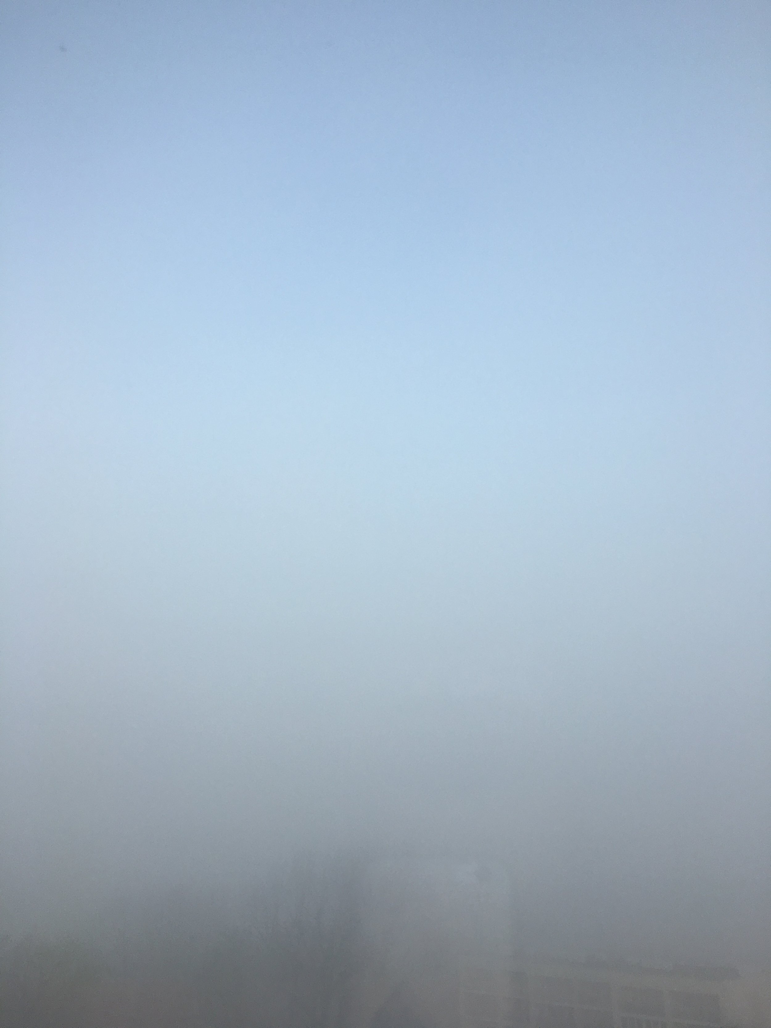 """""""Mygła"""", jak to mawiał trzyletni Emski, czyli #skyporn w wydaniu hide & seek. Dopiero po wrzuceniu zdjęcia tutaj okazało się, że na dole z mgły wyrasta nie tylko blok, ale także mój telefon odbity w szybie:/"""