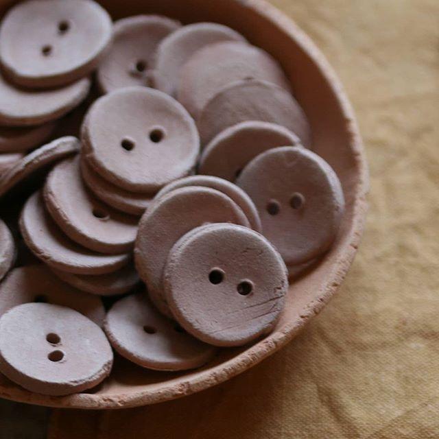 Biscuit  Les boutons sont sortis du four ,ils se trouvent à l'état de biscuit ,en terme céramique ca veut dire qu'ils attendent la mise de la couleur puis la seconde cuisson . #camelir #ateliercamelir #boutonsenceramique #boutonsenporcelaine #diy #merceriecreative #boutonsbruts #boutonsrustiques #boutonsengres #rusticsbuttons #knitting #artisanat #mercerieartisanale #knittandsew #sewing
