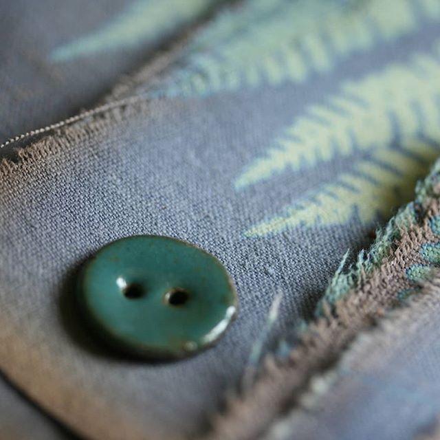 Je vous donne rendez vous dimanche pour un après midi tricot au jardin du petit @knit.eat  #ateliercamelir #camelir #merceriecreative #boutonsenporcelaine #ceramicsbuttons #arty #crafty #artisanat #faitmain #slowmade #diy #tricotaddict #knitting #sewing #slowcouture