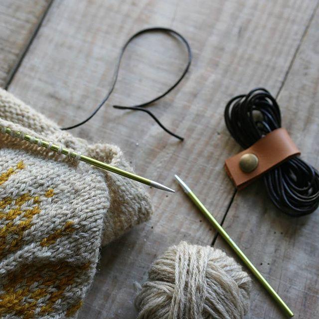 Petite nouveauté en boutique ,les cordons en cuir pour laisser des mailles en attente . #camelir #ateliercamelir #knitting #tricot #outilstricot #faitmain #artisanat #slowmade #tricoterapia