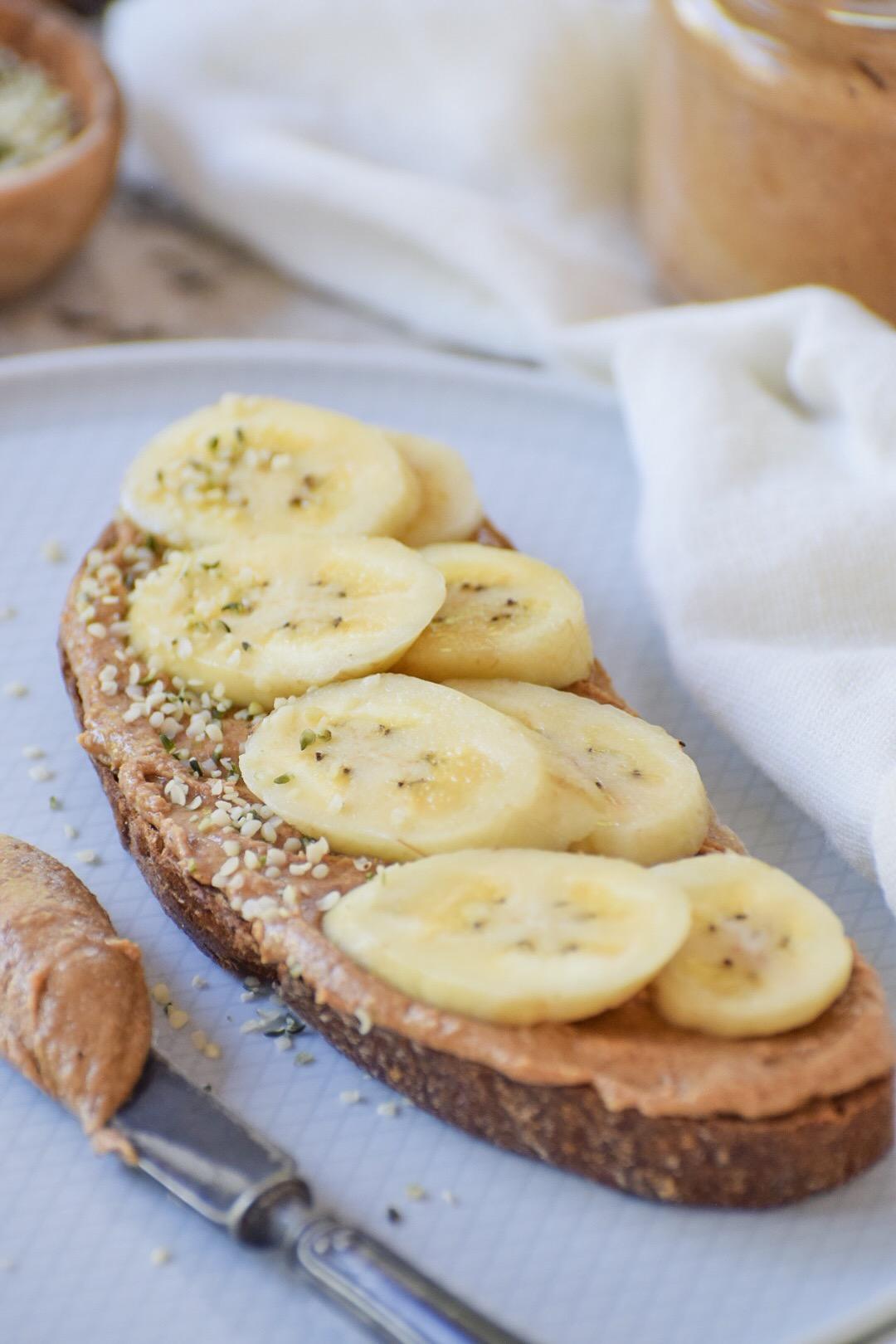 زبدة فول السوداني مع شرائح الموز