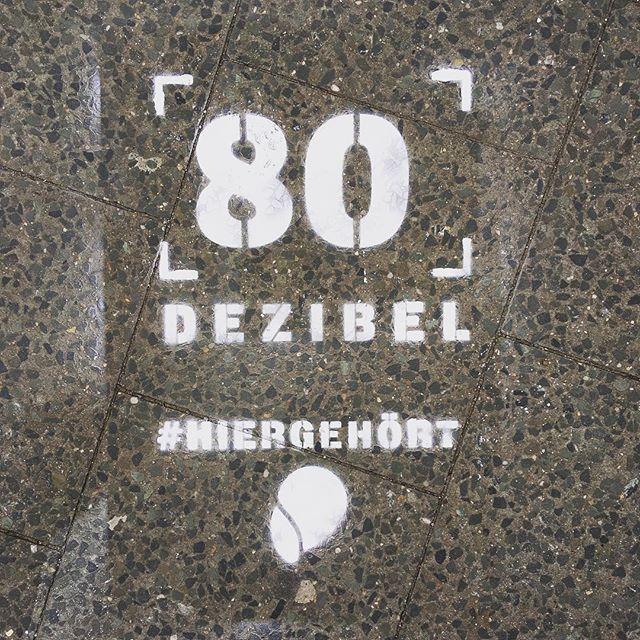 Heute ist der Welttag des Hörens der @who. Wir haben die Aktion #hiergehört gestartet und zeigen an öffentlichen Plätzen in Berlin, Hamburg, München und Frankfurt, wie laut unsere Umgebung tatsächlich ist. Wie? Mit abwaschbaren, biologisch abbaubaren Kreidegraffitis sprühen wir die gemessenen Dezibel-Zahlen auf den Boden dieser Orte. Still und heimlich - für ein besseres Hören! #worldhearingday #lärm #berlin #hamburg #frankfurt #münchen