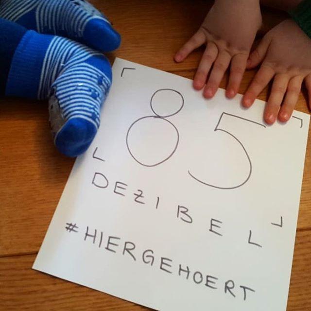 """Unsere liebste """"Lärm""""-Messung kommt heute aus Berlin. Ja, auch Kinder haben ganz schön was zu bieten 👶  #hiergehört #kinder #liebe #lärm #worldhearingday"""