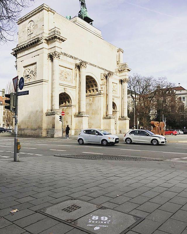 Servus #münchen! 089 DEZIBEL laut am Königsplatz... wirklich? Oder doch eigentlich #leiser? . . . #hiergehört #worldhearingday #lärm #stille #hörtest #kreide