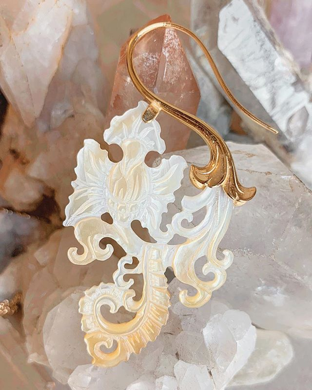 Paisley earrings. Hand carved Abalone shell combined with gold plated silver.  #opulentantiquity #oceanjewelry #handcarved #abaloneshell #motherofpearljewelry #shells #carving #earringsoftheday #boutiquelovers #jewelryboutique #gold #vermeil